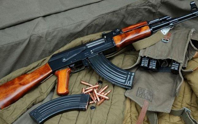 Arme şi muniţii deţinute ilegal, confiscate de poliţişti