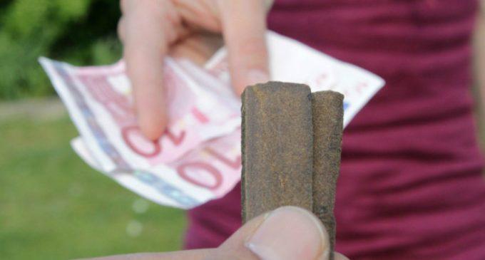 Din ce în ce mai mulţi tineri cad în patima drogurilor