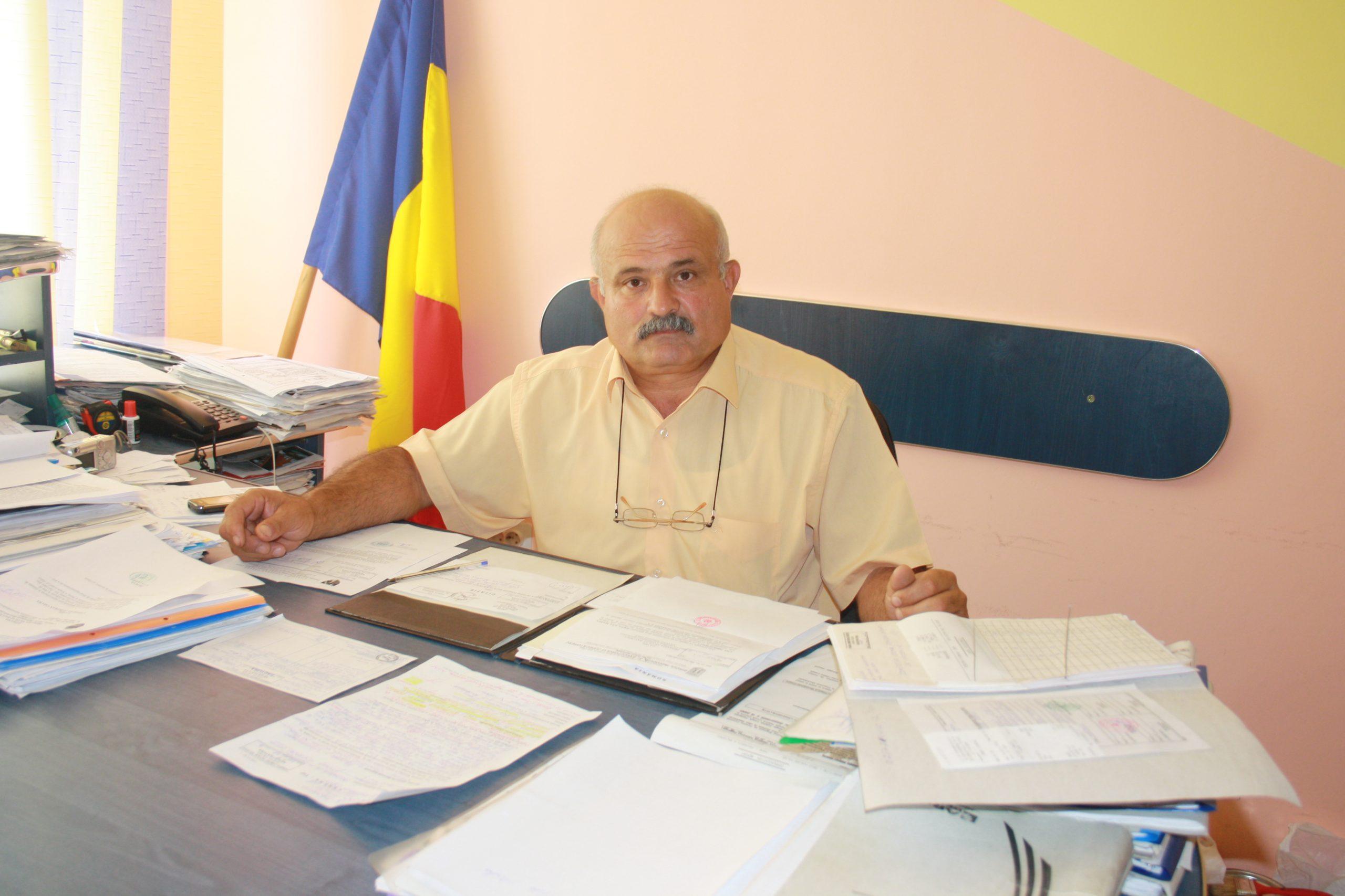 """Constantin Oprea: """"Asfaltul de pe drumuri este problema acută a comunităţii"""""""