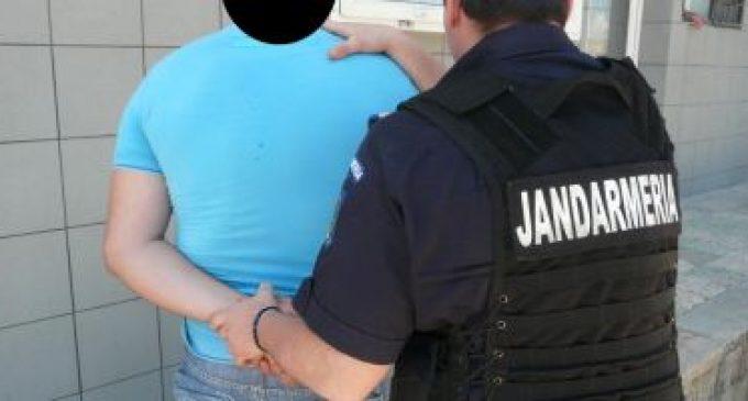 Poliţist şi jandarm, ameninţaţi cu o secure de un bărbat violent