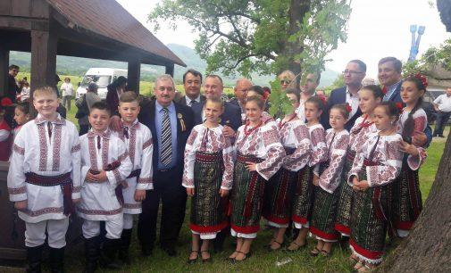 """La Târgul popular """"Cocoșul de Hurez"""", Horezu s-a înfrăţit cu oraşele Cernăuţi şi Hotin"""