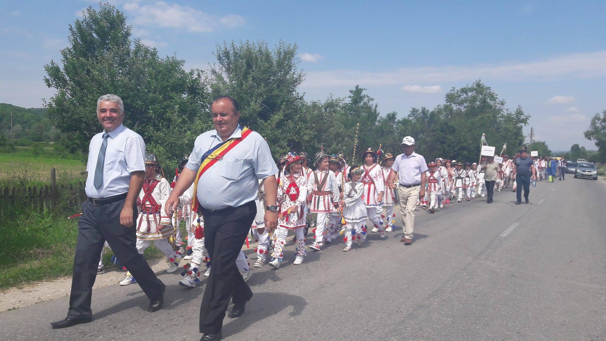 De Rusalii, căluşarii din 5 localităţi vâlcene au jucat la Şirineasa