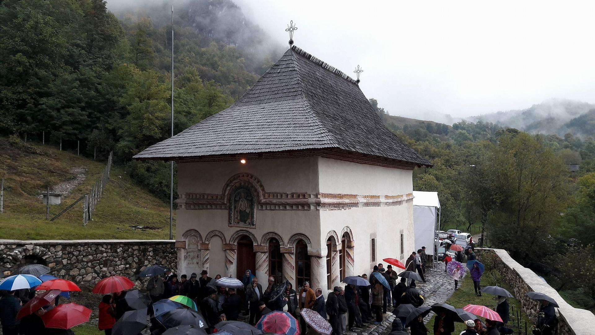 De Ziua comunei Costeşti,  sute de enoriaşi au participat la sfinţirea Bisericii de la Pietreni