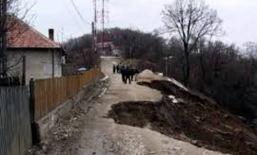 Pământul ameninţă să le înghită casele oamenilor din Milcoiu