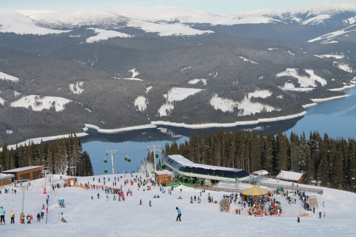 Sute de turişti au ales în acest weekend să schieze la Voineasa