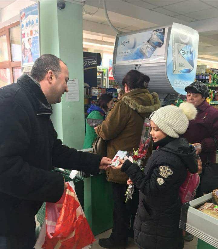 De 1 Martie, primarul Sorin Vasilache a oferit mărtişoare doamnelor şi domnişoarelor din Baile-Olăneşti