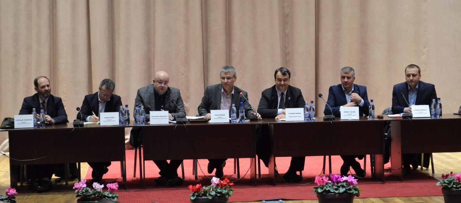 Criza masei lemnoase, dezbătută la Râmnicu- Vâlcea cu ministrul Apelor şi Pădurilor, Ioan Deneș