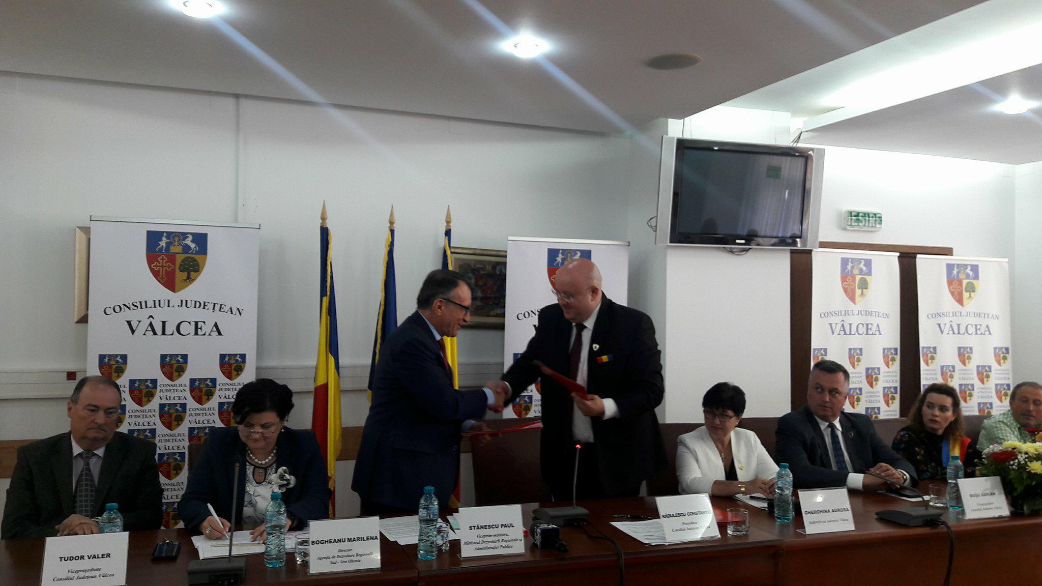 """Vicepremierul Paul Stănescu i-a """"liniştit"""" pe primarii vâlceni: """"Un PNDL-3, chiar dacă înseamnă o decizie politică, trebuie să fie susţinută de fonduri"""""""