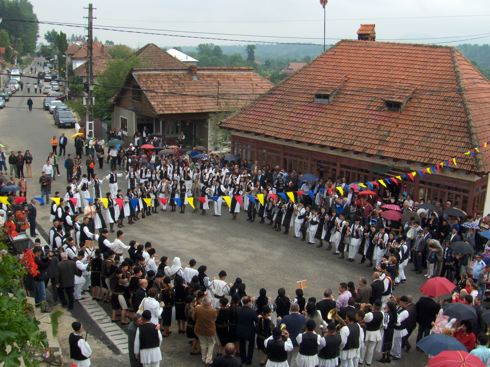 """La cea de-a 50-a ediţie, Festivalul de folclor """"Învârtita Dorului"""" reuneşte ansambluri din toate zonele ţării"""