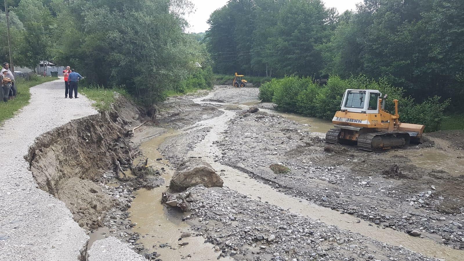 Peste 50 de gospodarii au rămas izolate, în urma viiturii, la Stroeşti. Inundaţii şi în staţiunea Băile-Olăneşti şi la Cernişoara