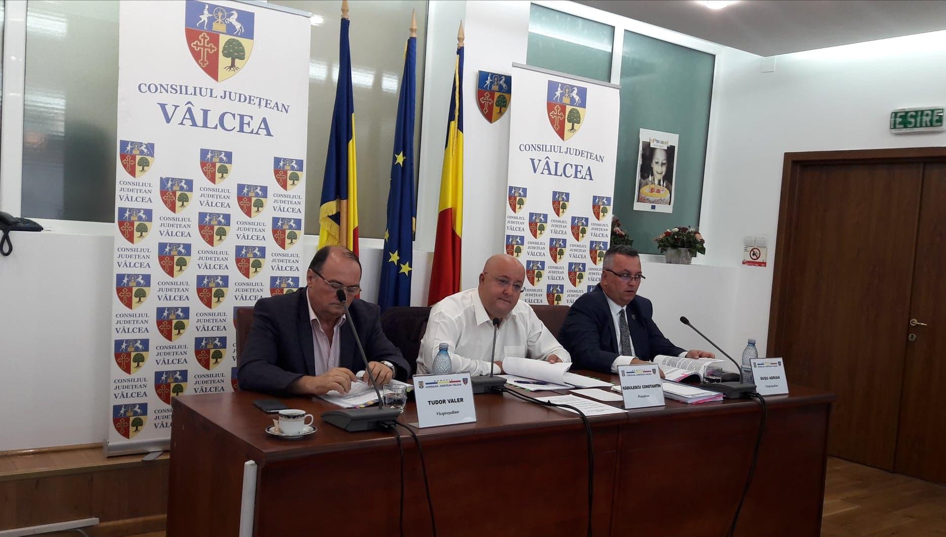 """Opoziţia scârţâie la Vâlcea. Trei liberali i-au făcut jocurile lui Constantin Rădulescu: """"Magherniţele"""" de lângă Consiliul Judeţean vor fi, în sfârşit, reabilitate"""