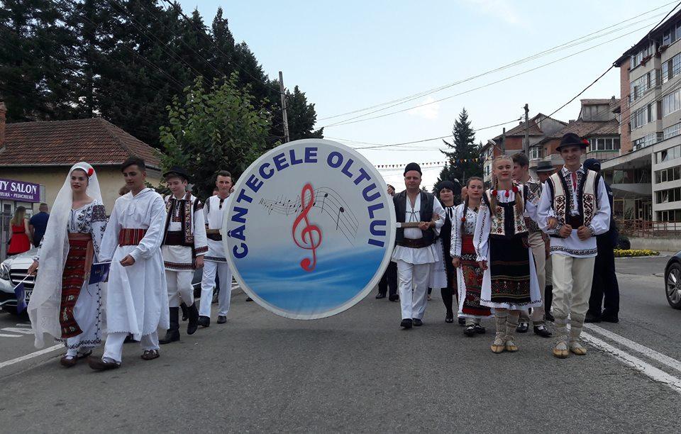 """La cea de-a 50-a ediție, Festivalului """"Cântecele Oltului"""" a reunit ansambluri din toate zonele ţării, dar şi din Republica Moldova"""