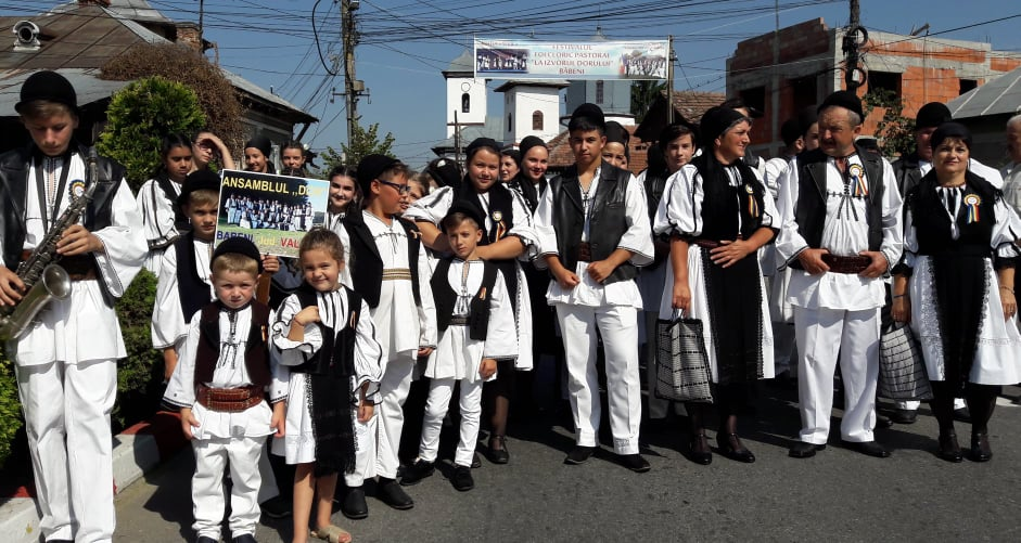 """Festivalul """"La Izvorul Dorului"""", marchează cea de-a 48-a ediție. Ansambluri din cinci județe se vor reuni la Băbeni, într-o paradă de port și cântec popular"""