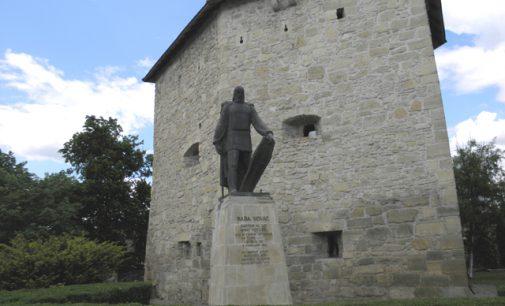 Statuia lui Baba Novac străjuieşte Turnul Croitorilor