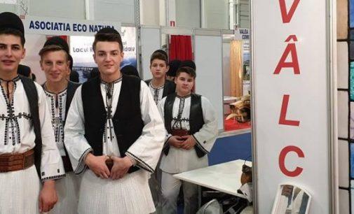 Comuna Vaideeni şi-a etalat portul popular şi produsele autohtone la Târgul de Turism al României