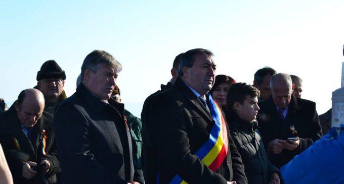 Centenarul Marii Uniri, sărbătorit cu fast în oraşul unde s-a născut tricolorul. La Bălceşti, s-a arborat cel mai mare drapel din judeţ, de 1 Decembrie