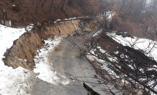 Un drum asfaltat s-a prăbuşit la Slătioara. O familie a rămas fără casă şi alte 50 de gospodării sunt în pericol