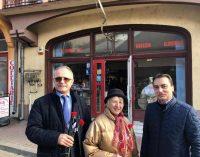 La început de martie, deputatul Vasile Cocoș le-a oferit flori doamnelor si domnișoarelor din Horezu