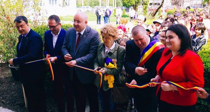 """Elevii din Costeşti învaţă, de astăzi, în """"casă nouă"""". Şcoala """"Ferigile"""" a fost inaugurată de Izvorul Tămăduirii"""