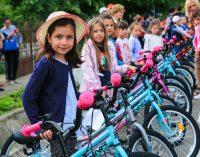 Surpriză pentru copiii din Budeşti. Biciclete cadou din partea primăriei pentru elevii cu rezultate bune la școală