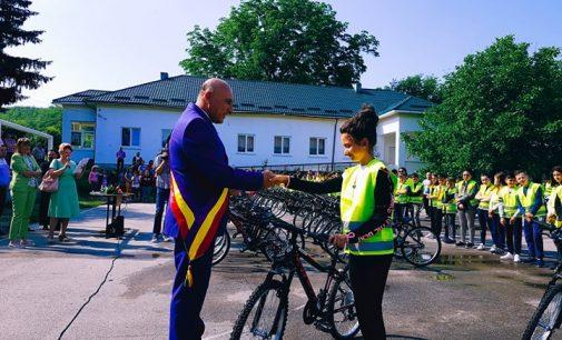 Cadou surpriză pentru elevii din Budești. Străzile comunei vor fi animate de copii pe biciclete