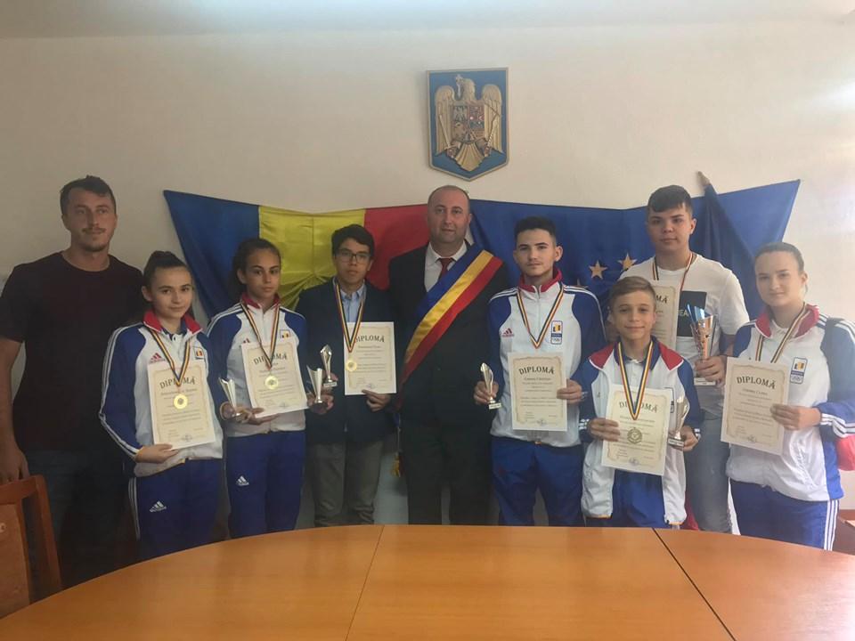 Primarul Sorin Vasilache premiază performanța sportivă. Nouă tineri au primit distincții și premii din partea administrației locale