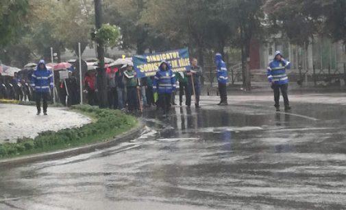 Uzina de sodă rămâne închisă, iar oamenii protestează în continuare