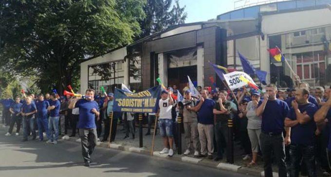 Protestatarii, față în față cu prefectul și președintele Consiliului Judeţean