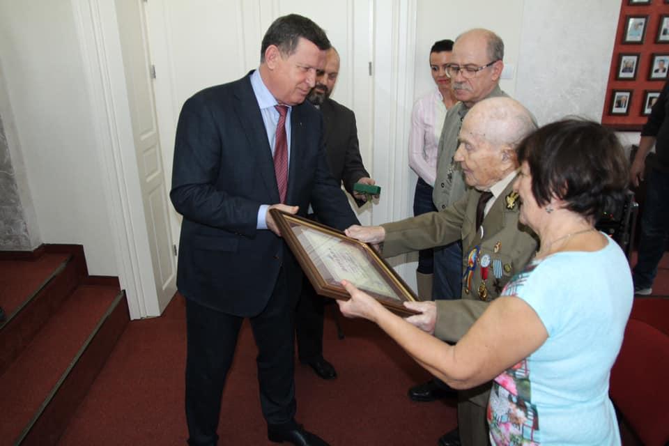 Veteranul de război Emil Veţeleanu este cel de-al 88–lea cetăţean de onoare al municipiului Râmnicu Vâlcea