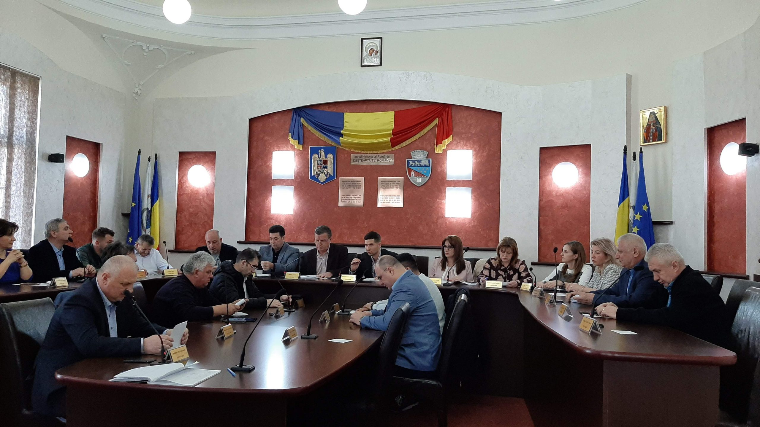 Război total în Consiliul Local: Pentru că nu mai poate cheltui banii după bunul plac, Gutău amenință cu referendumul