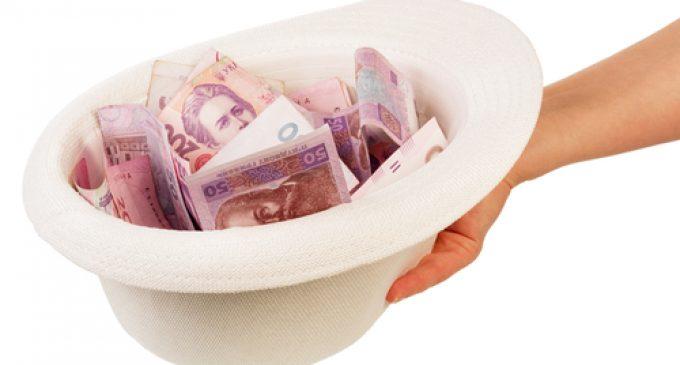 Opinie: Românii înoată între investiţii cu şpăguială şi pomeni electorale cu cântec