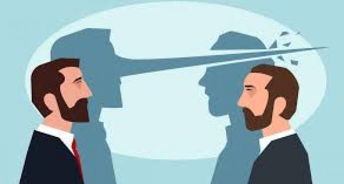 Opinie: Dai cu tunul după o fărâmă de adevăr, în această campanie