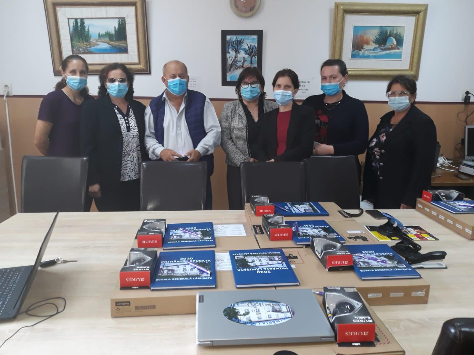 Profesorii din Lăpuşata au primit laptopuri din partea Primăriei
