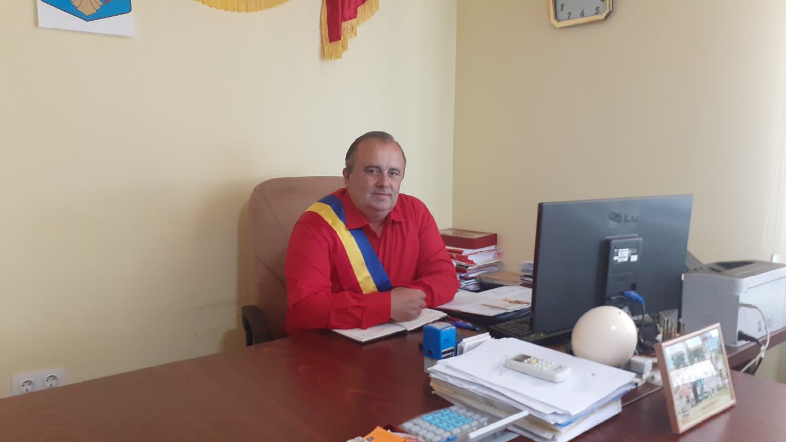 Ion Streinu, primarul care a reușit să-i convingă pe asistații social din comună că este mai rentabil să muncească