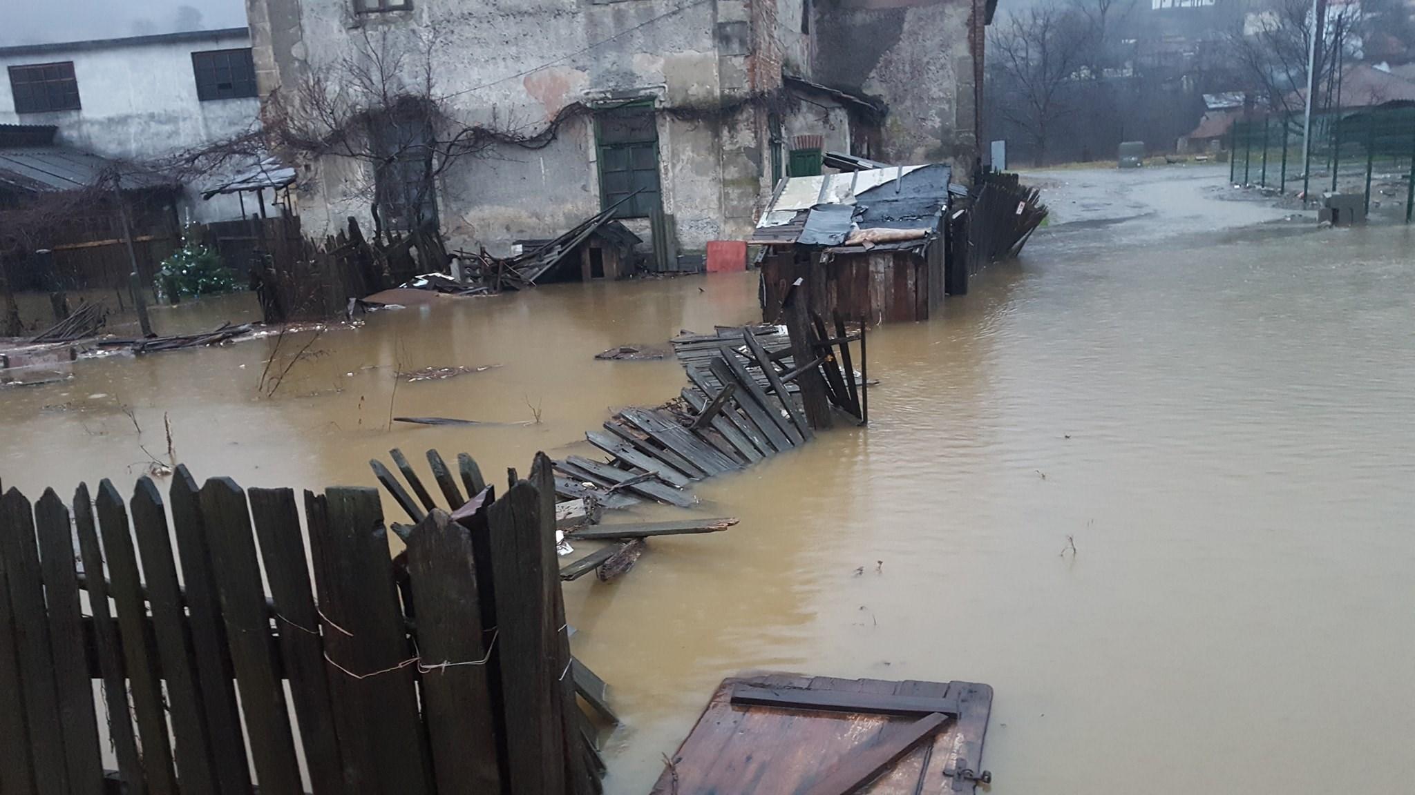 Inundații de proporții în județul Vâlcea: trafic rutier și feroviar oprit