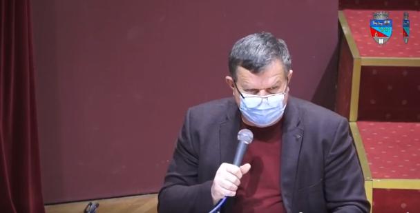 Primarul Gutău se bate singur cu măciuca la tălpi