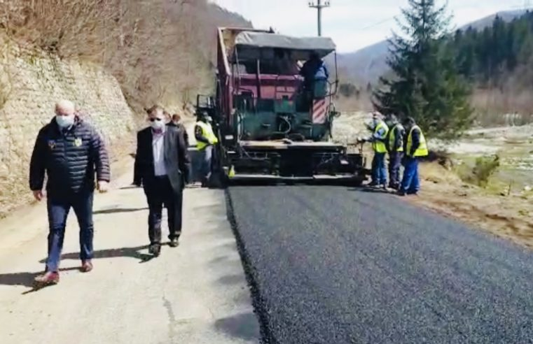 A început asfaltarea pe DJ 701D, în zona Ciungetu, din comuna Mălaia