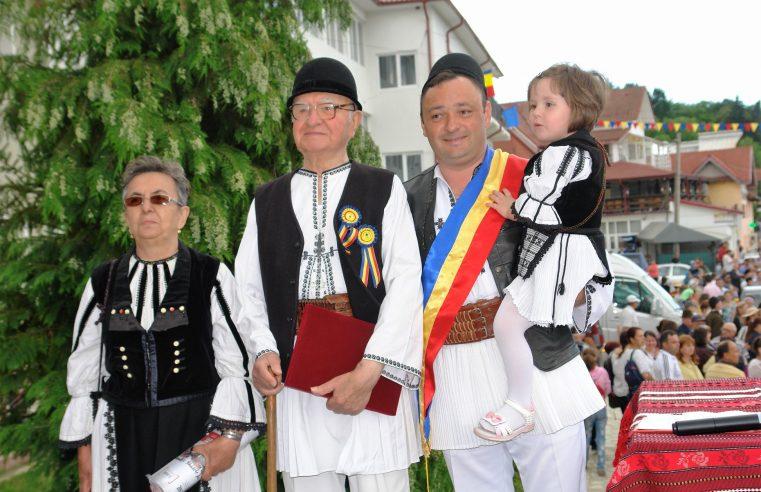 """La Vaideeni, a 53-a ediţie a Festivalul de Folclor Pastoral """"Învârtita Dorului"""" s-a desfăşurat sub forma unei şezători"""
