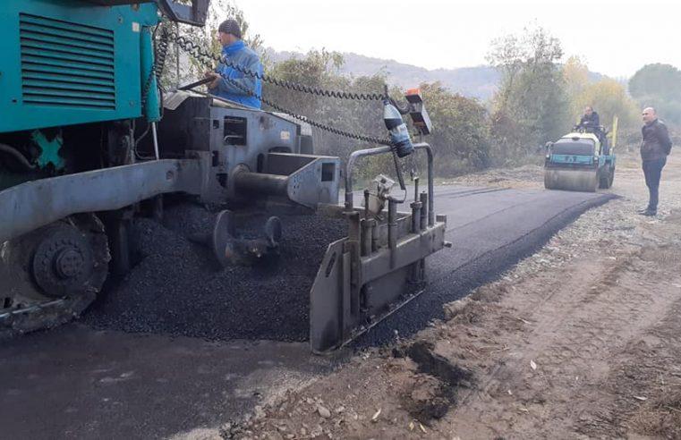 La Budeşti se asfaltează şi asfaltul este turnat pe acele străzi pietruite iar sursa de finanţare este alocată din bugetul local
