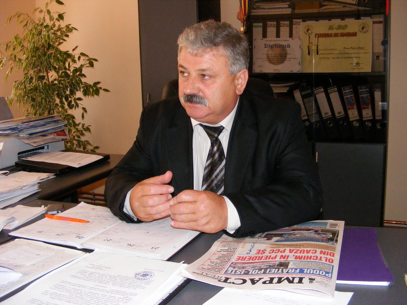 Primarul Ştefan Bogdan, alături de locuitorii din Băbeni