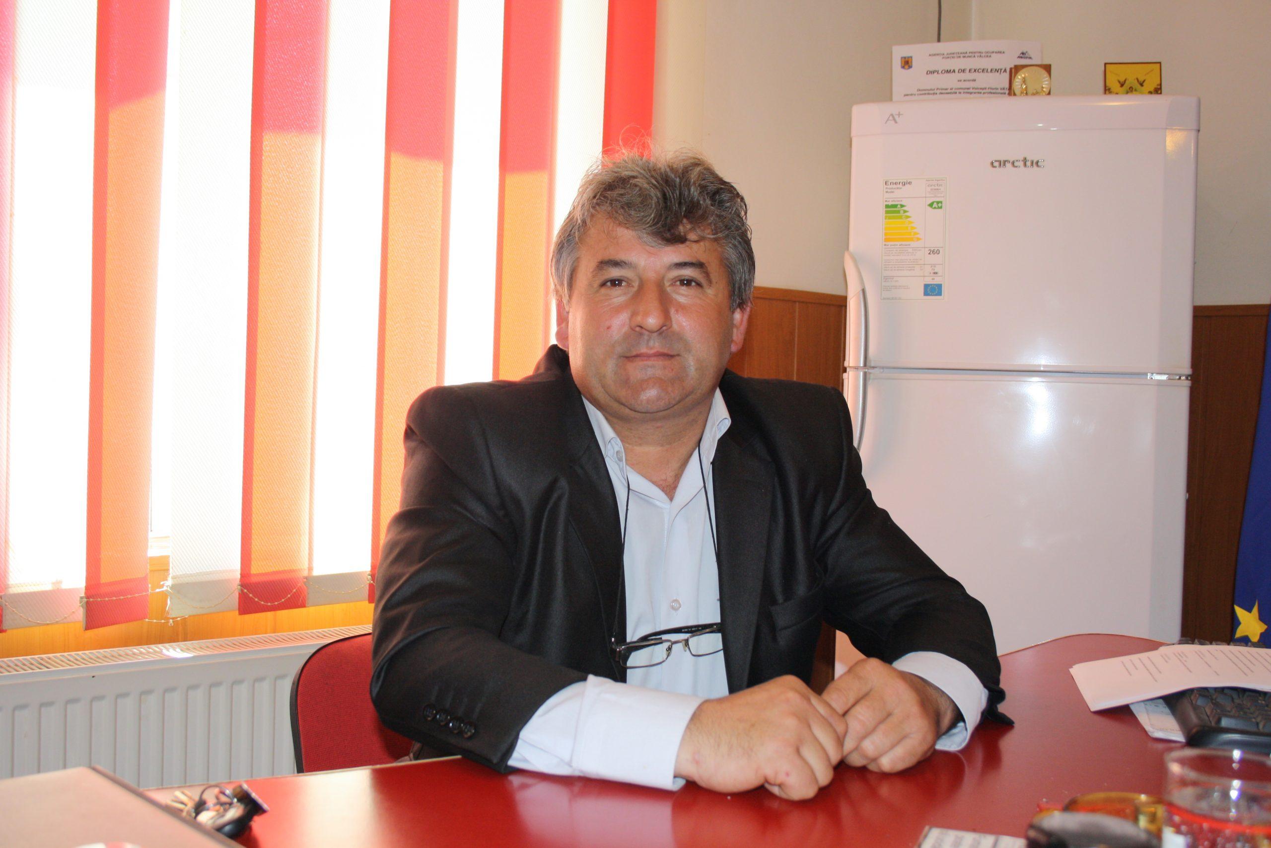 Florian Vătafu, nemulţumit de starea drumului judeţean care străbate localitatea