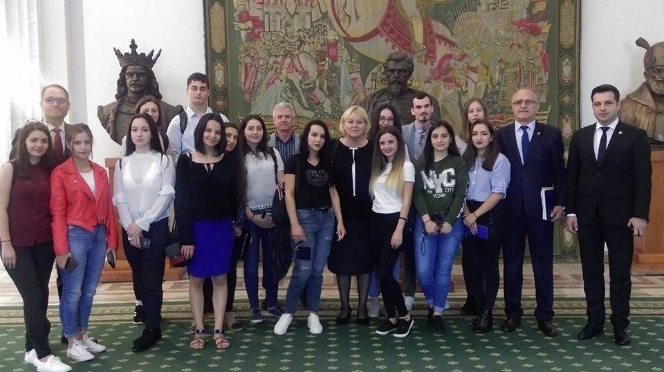 Olimpicii horezeni, răsplătiţi de Vasile Cocoș cu o vizită la Parlamentul României