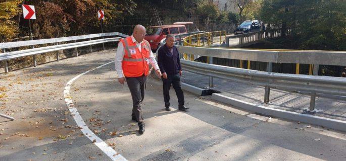 Podul care traversează pârâul Raporoasa, pe raza oraşului Băile Olănești, va fi pus în circulație