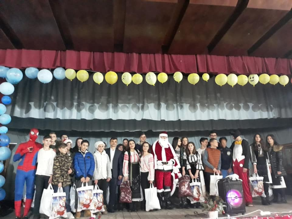 La Păuşeşti-Otăsău, Moş Crăciun a venit cu tablete pentru elevi şi dotări de ultimă generaţie la şcolile din comună