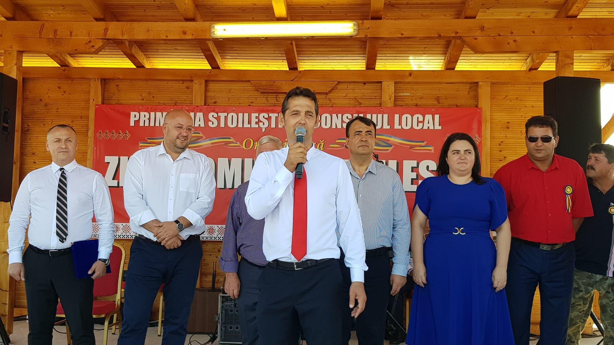 Primarul localităţii Stoileşti, Florin Ionescu, a depus marţi, 27 octombrie jurământul, alături de noii consilieri locali
