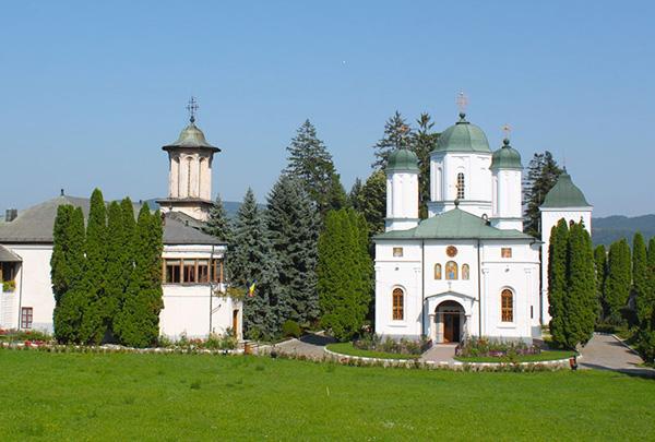 Consiliul Judeţean cedează Arhiepiscopiei terenurile de sub mănăstiri