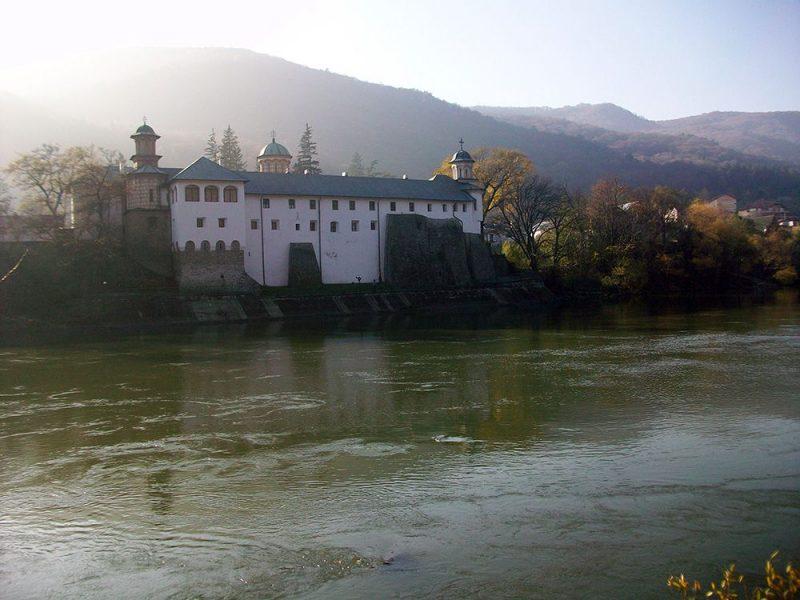 Mănăstirea Cozia se înnoieşte cu ajutorul enoriaşilor şi stareţului Veniamin Luca