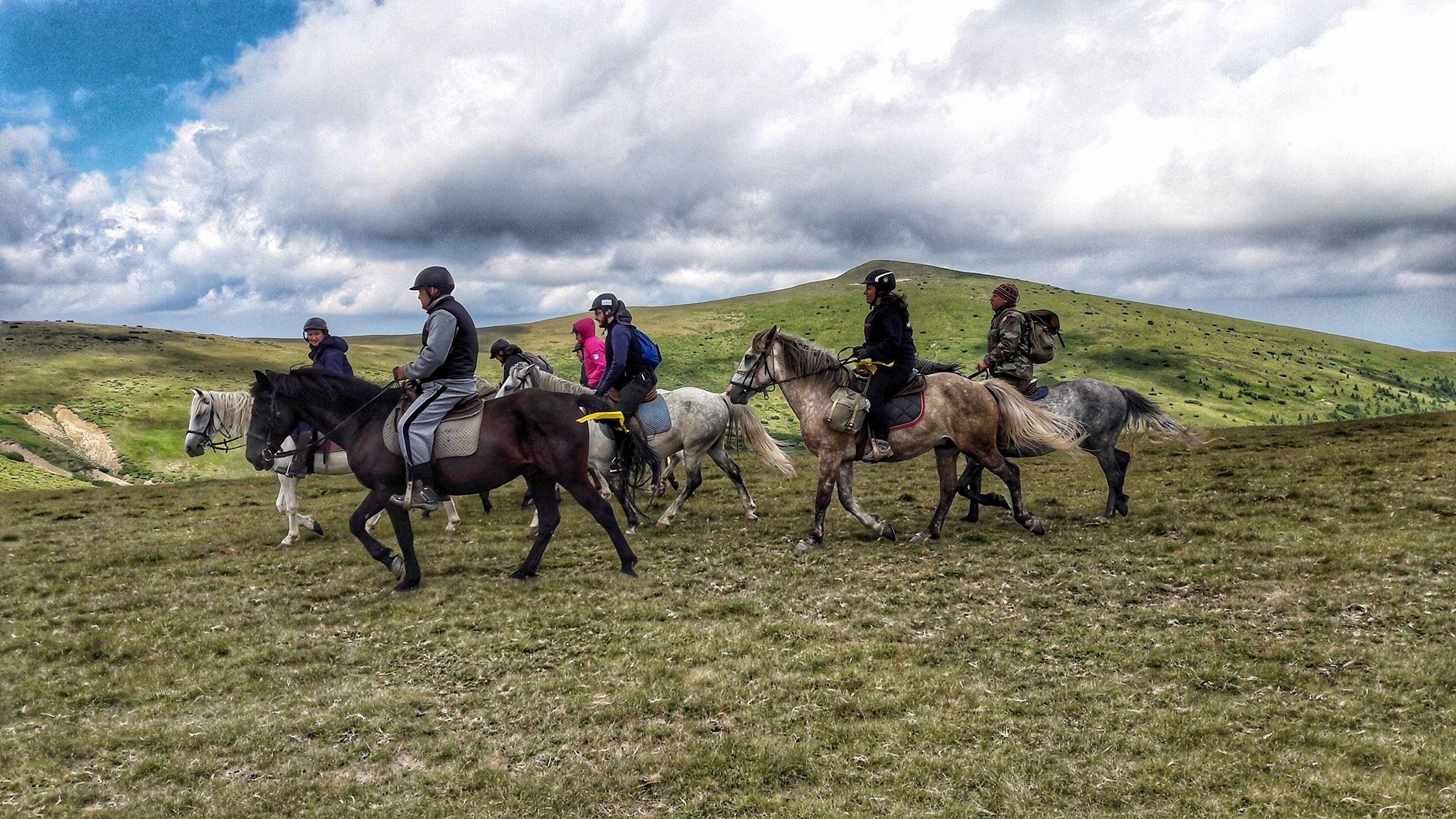 Turism ecvestru la Brezoi, în satul tradiţional Odăi