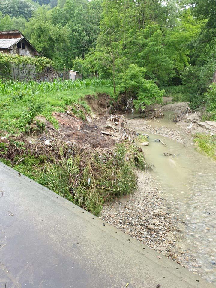 10 case din comuna Cernişoara sunt în pericol din cauza alunecărilor de teren