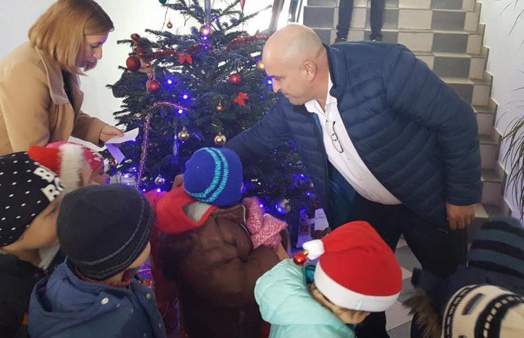 Primarul Daniel Dimulescu şi viceprimarul Cristian Popa sunt Moş Crăciun pentru copiii din localitatea Mădulari